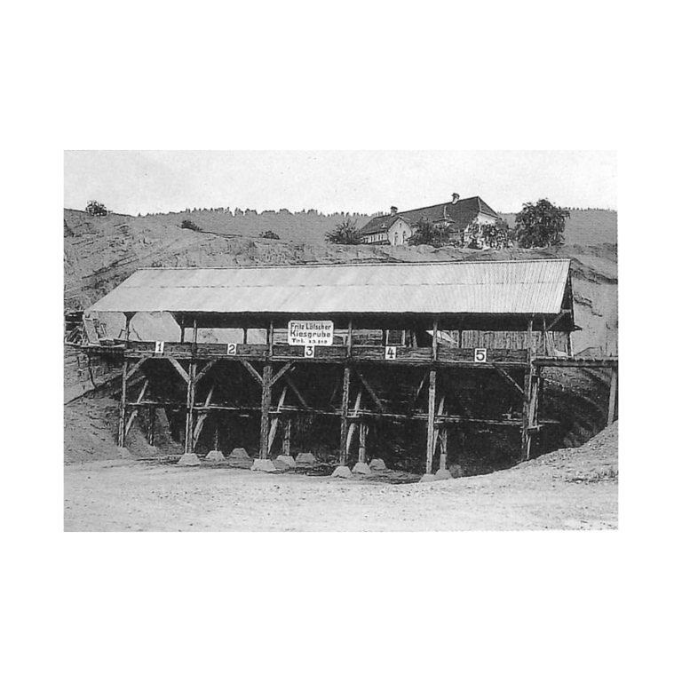 Historisches Foto Kiesgrube und Dorfschulhaus